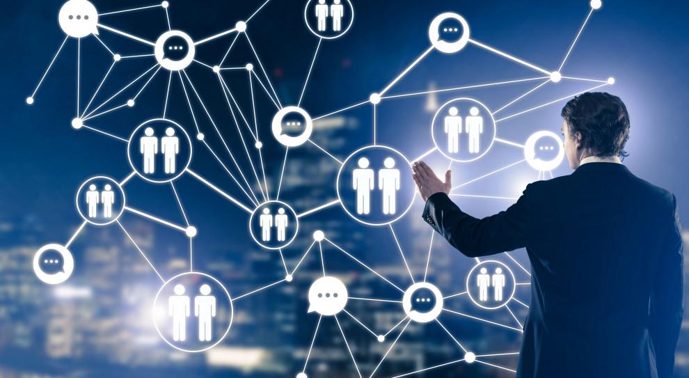 Firmy wdrażają zmiany w systemie pracy w związku z koronawirusem
