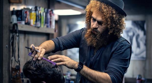 """Salonowi fryzjerskiemu zabroniono poszukiwania """"szczęśliwego"""" stylisty"""