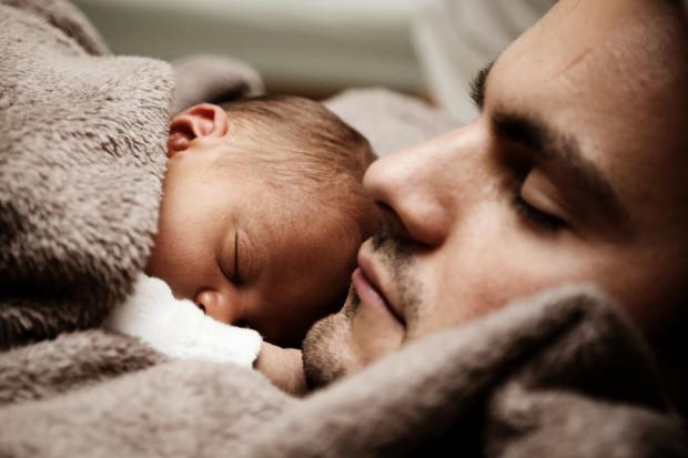 Ojciec z dzieckiem na rodzicielskim. Nadal patrzymy stereotypowo