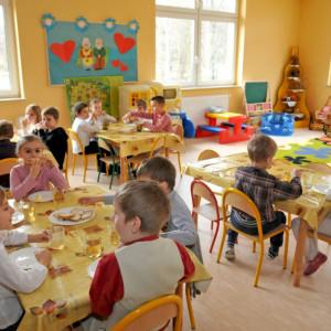 Radny apeluje o otwarcie przedszkoli latem. Aby rodzice mogli pracować