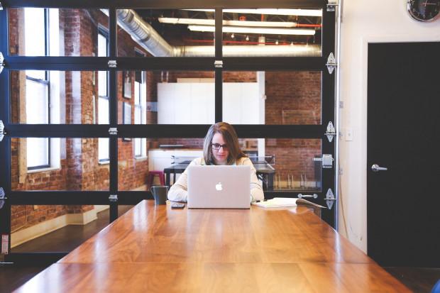Pracują więcej za mniej, 12 proc. straciło pracę. Pandemia uderzyła w Polki