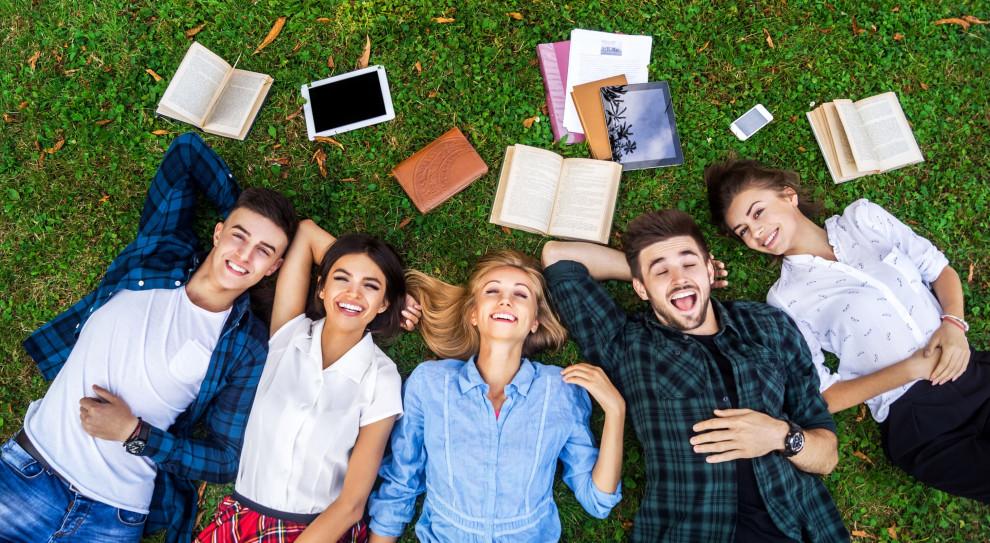 Osoby, które ukończyły studia, zdecydowanie lepiej radzą sobie na rynku pracy niż te z wykształceniem średnim czy zawodowym. (Fot. Shutterstock)