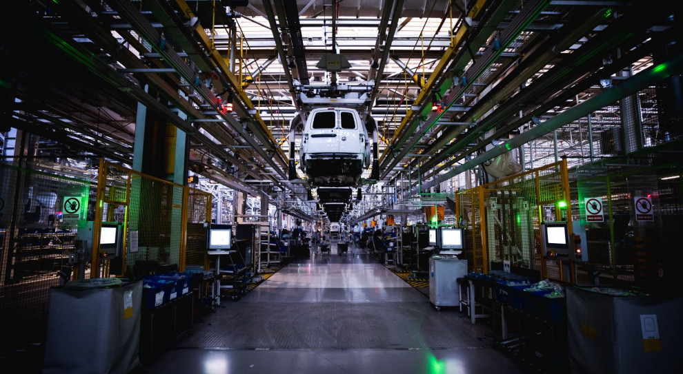Motoryzacja: Firmy obniżają płace i tną zatrudnienie. Podniesienie po pandemii zajmie 2 lata