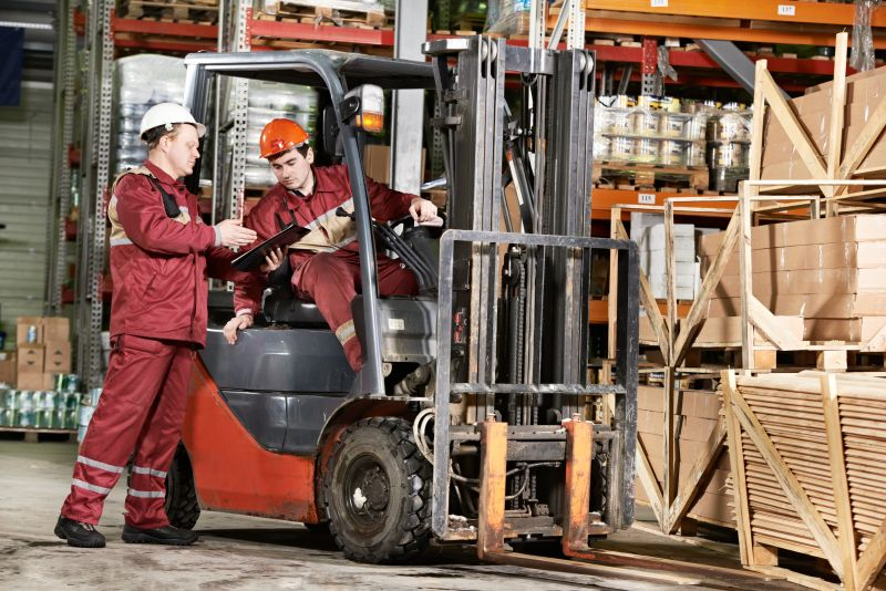 W miastach, gdzie są centra logistyczne, rekrutowani są m.in. operatorzy wózków. (Fot. Shutterstock)