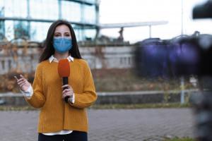Praca dziennikarzy w czasie pandemii. Trzeba robić więcej i szybciej