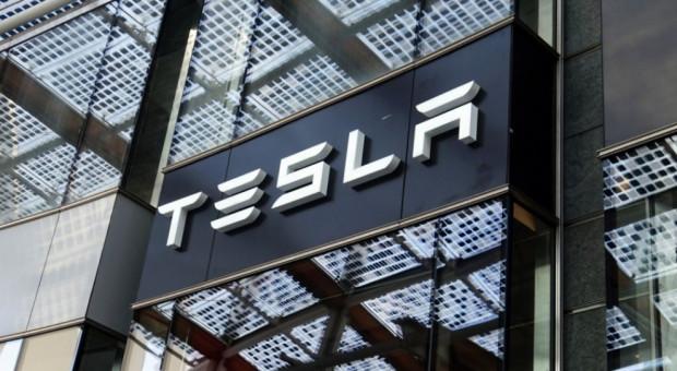 Pracownicy Tesli: firma straszy zwolnieniami, jeśli nie wrócimy do fabryki