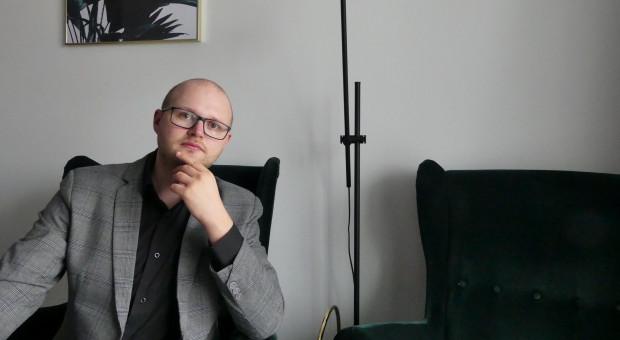 """Patryk Wójcik, psycholog, autor książki """"Jak pracować zdalnie i nie zwariować"""""""