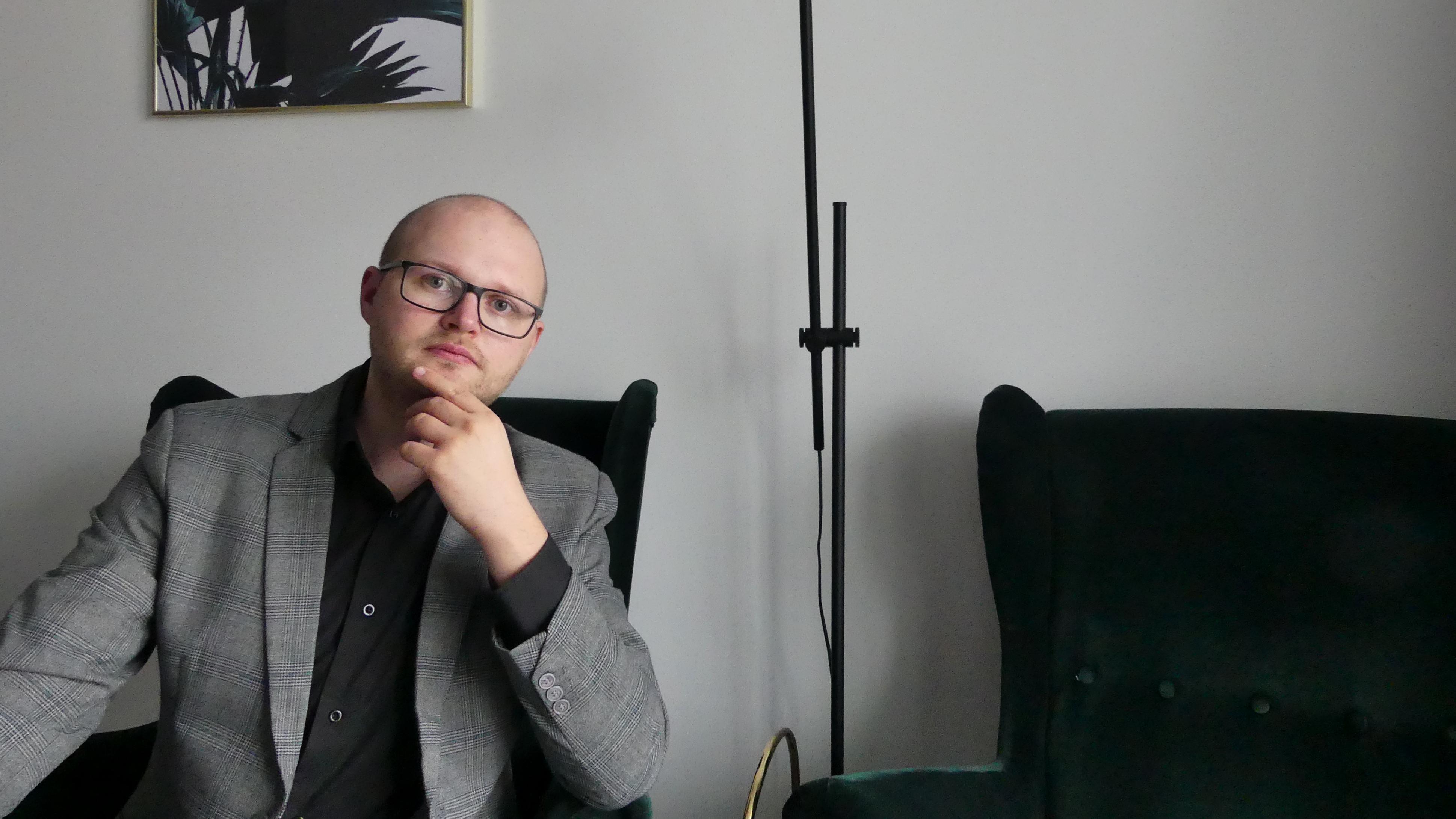 """Patryk Wójcik, psycholog, autor książki """"Jak pracować zdalnie i nie zwariować"""" (Fot. mat. pras.)"""