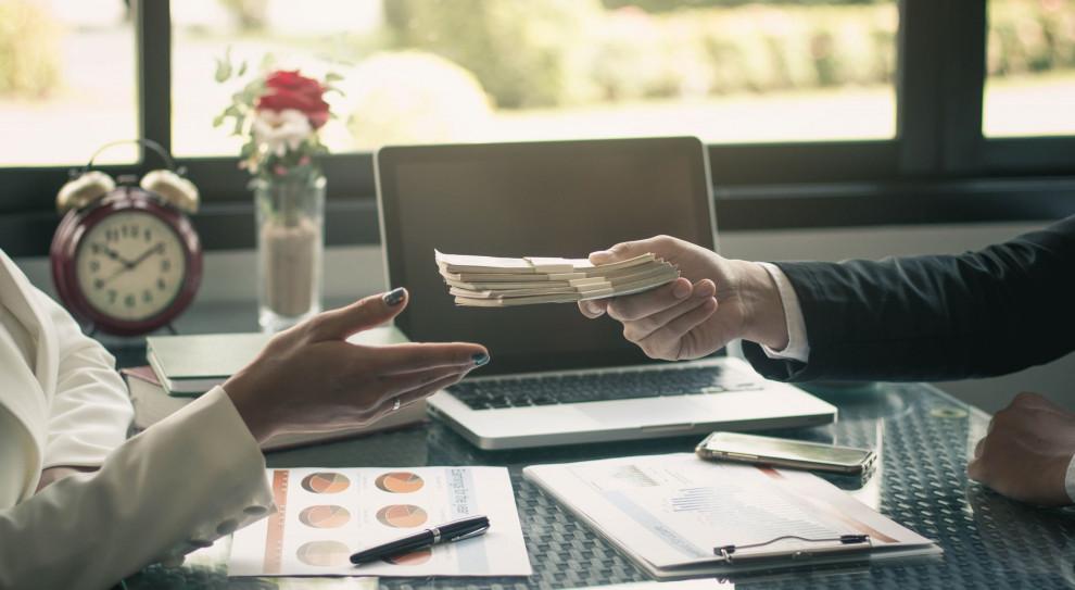 Przeciętne wynagrodzenie brutto w sektorze przedsiębiorstw w drugim kwartale 2020 r. wyniosło 5024,48 zł. (Fot. Shutterstock)