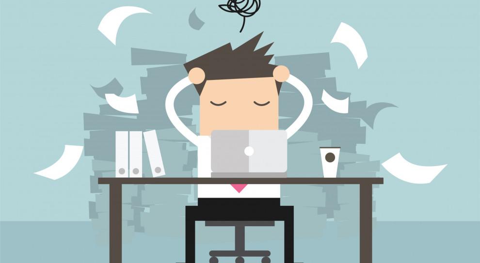 62 proc. osób pracujących w nadgodzinach cierpi na dolegliwości związane z wykonywaną pracą. (Fot. Shutterstock)