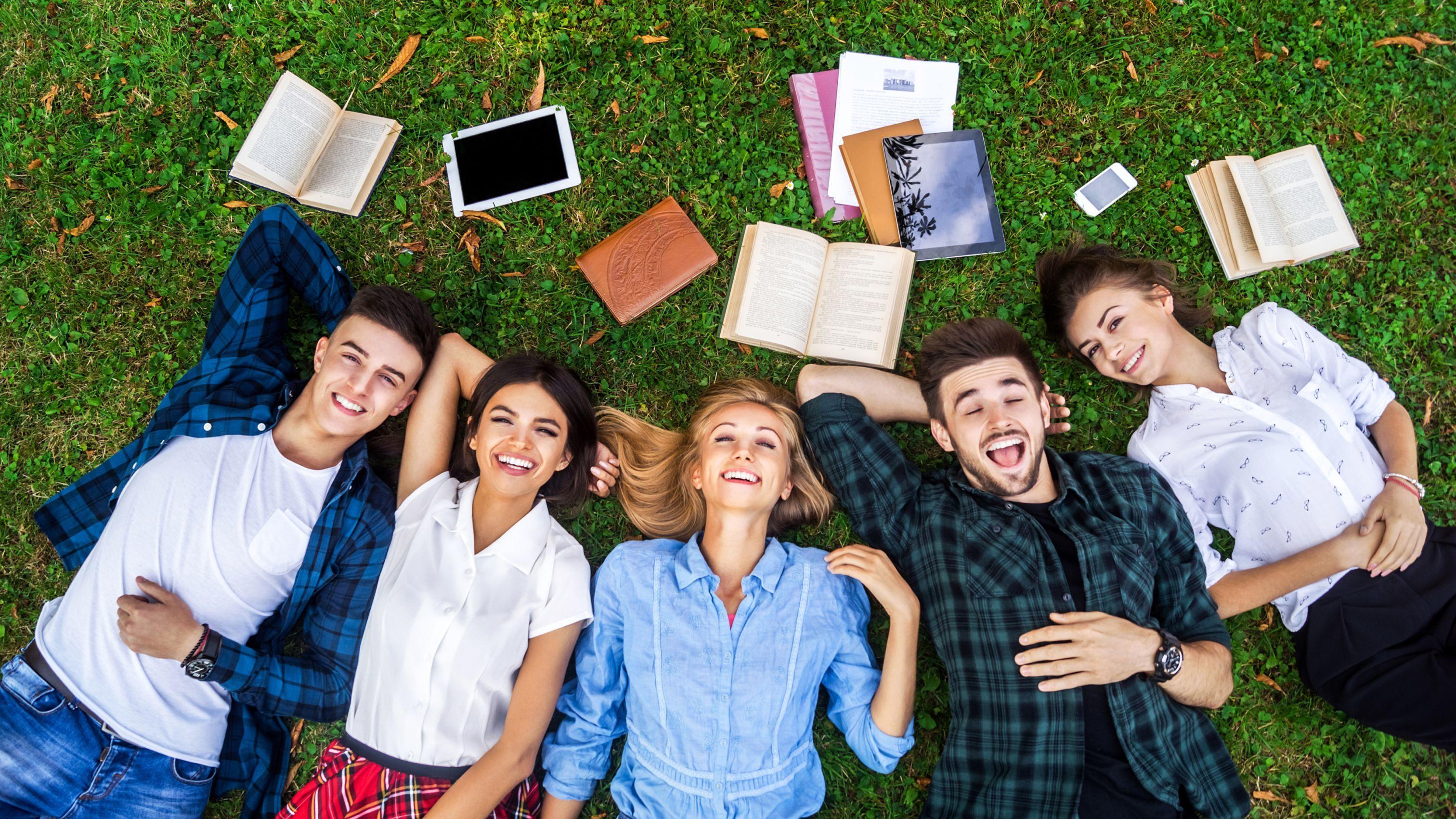 Lista najpopularniejszych kierunków studiów, możliwości zatrudnienia oraz zarobków mają niewątpliwy wpływ na decyzje młodych osób, które wybierają się na studia (fot. shutterstock)