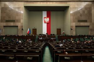 Rząd szuka oszczędności. Rekrutacje i szkolenia w Kancelarii Sejmu ograniczone