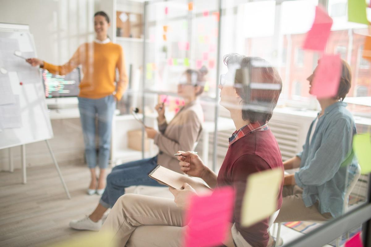 Gdy pracodawcy napotykają opór ze strony pracowników podczas powrotu do biur, powinni skupić się na zapewnieniu bezpieczeństwa załodze. (Fot. Shutterstock)