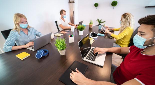 Biuro, dom, hybryda - jak chcemy pracować?