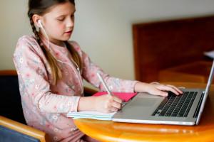 Raport: trzeba wyciągnąć wnioski z edukacji zdalnej, by nie powtarzać błędów