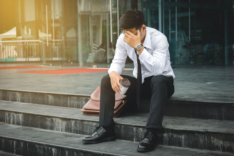 Wiele osób rzeczywiście formalnie nie zostało bezrobotnymi, ale ich warunki pogorszyły się tak mocno, że muszą szukać nowego zatrudnienia lub dorabiać w innych firmach. (fot. shutterstock)