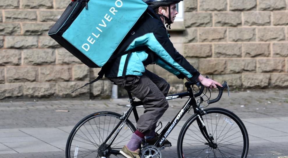 Deliveroo poszukuje inżynierów oprogramowania. Oferuje w pełni zdalną pracę
