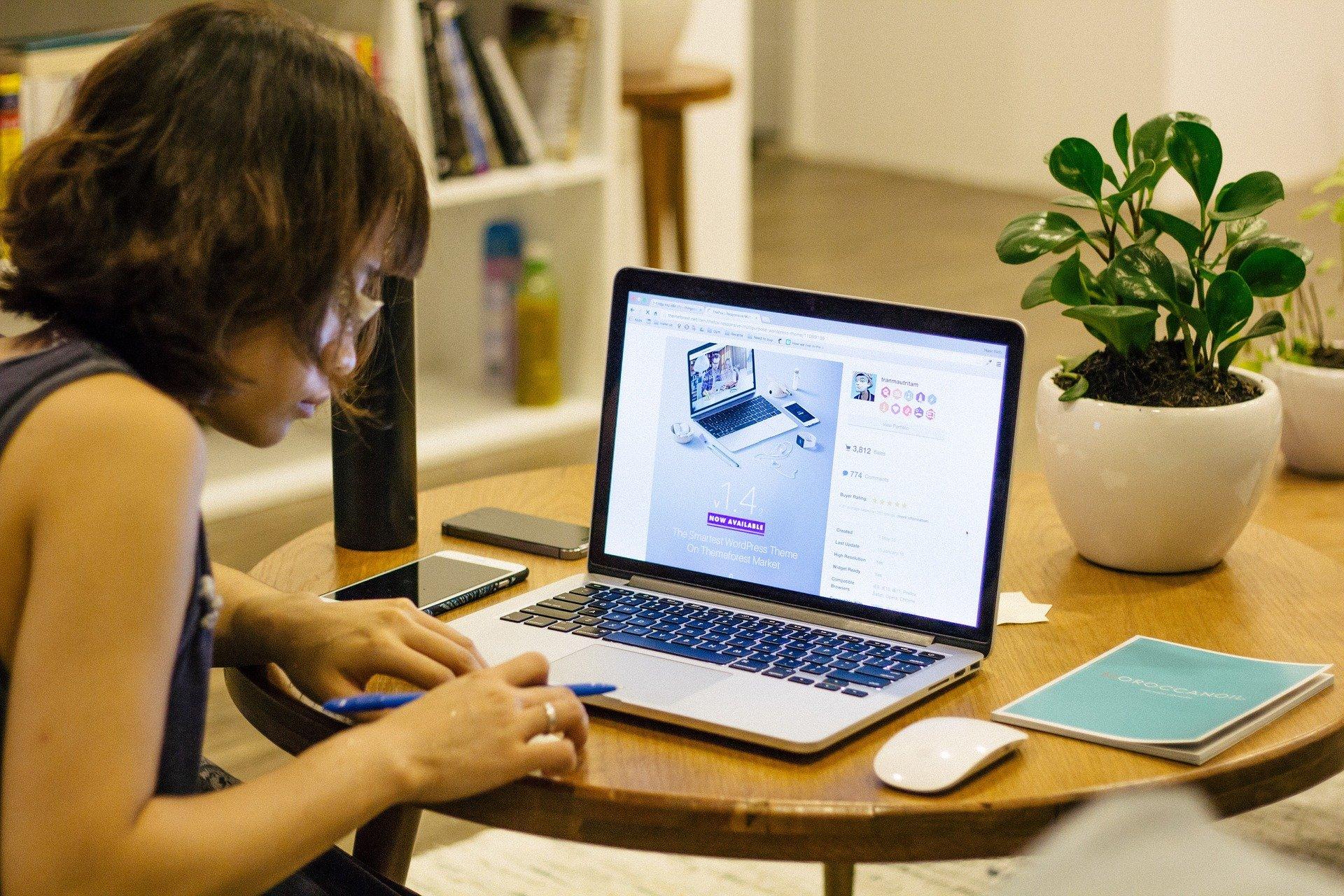 Pracodawca ma prawo przeprowadzić kontrolę w domu pracownika w zakresie przestrzegania przepisów BHP (fot. Pixabay)