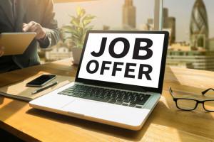 Pracodawcy zgłaszają do urzędów pracy coraz więcej ofert pracy