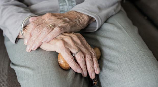 Trzeba zmniejszyć świadczenie honorowe dla 100-latków. Naukowiec pisze do Sejmu