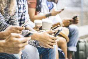 Nieograniczone korzystanie z nowych technologii ogranicza kontakty społeczne