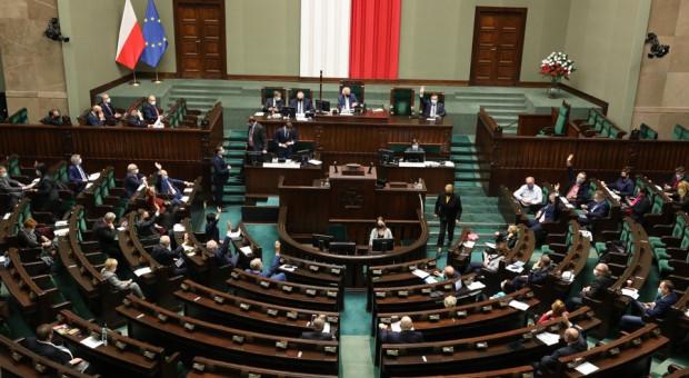 Sejm zdecydował: więcej pieniędzy dla medyków, dla osób bez maseczek odmowa sprzedaży