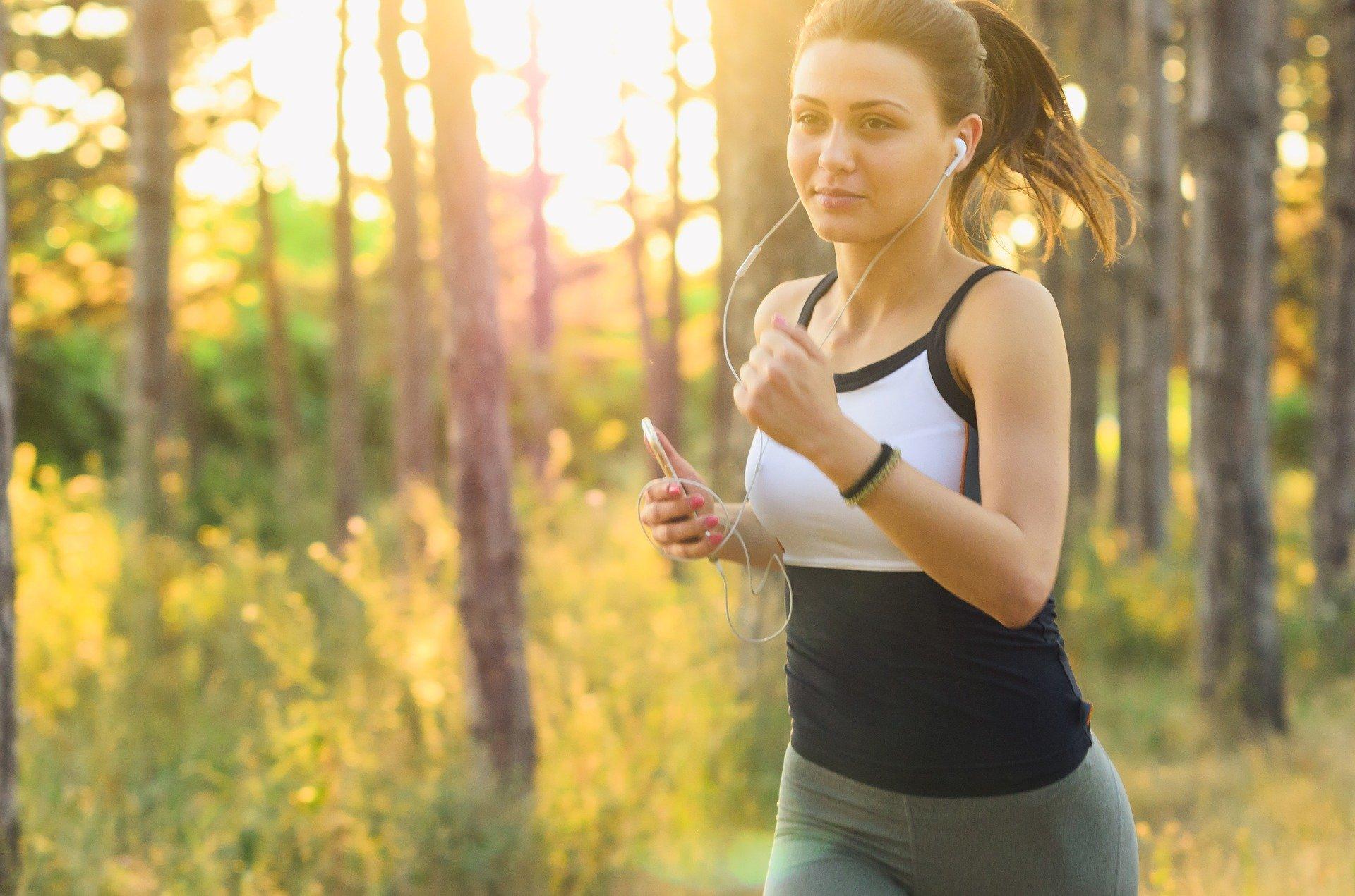Uprawianie sportu, nawet na poziomie umiarkowanym, działa zarówno profilaktycznie w kwestii zdrowia psychicznego, jak i redukuje już występujące objawy związane ze stresem. (Fot. Pixabay)