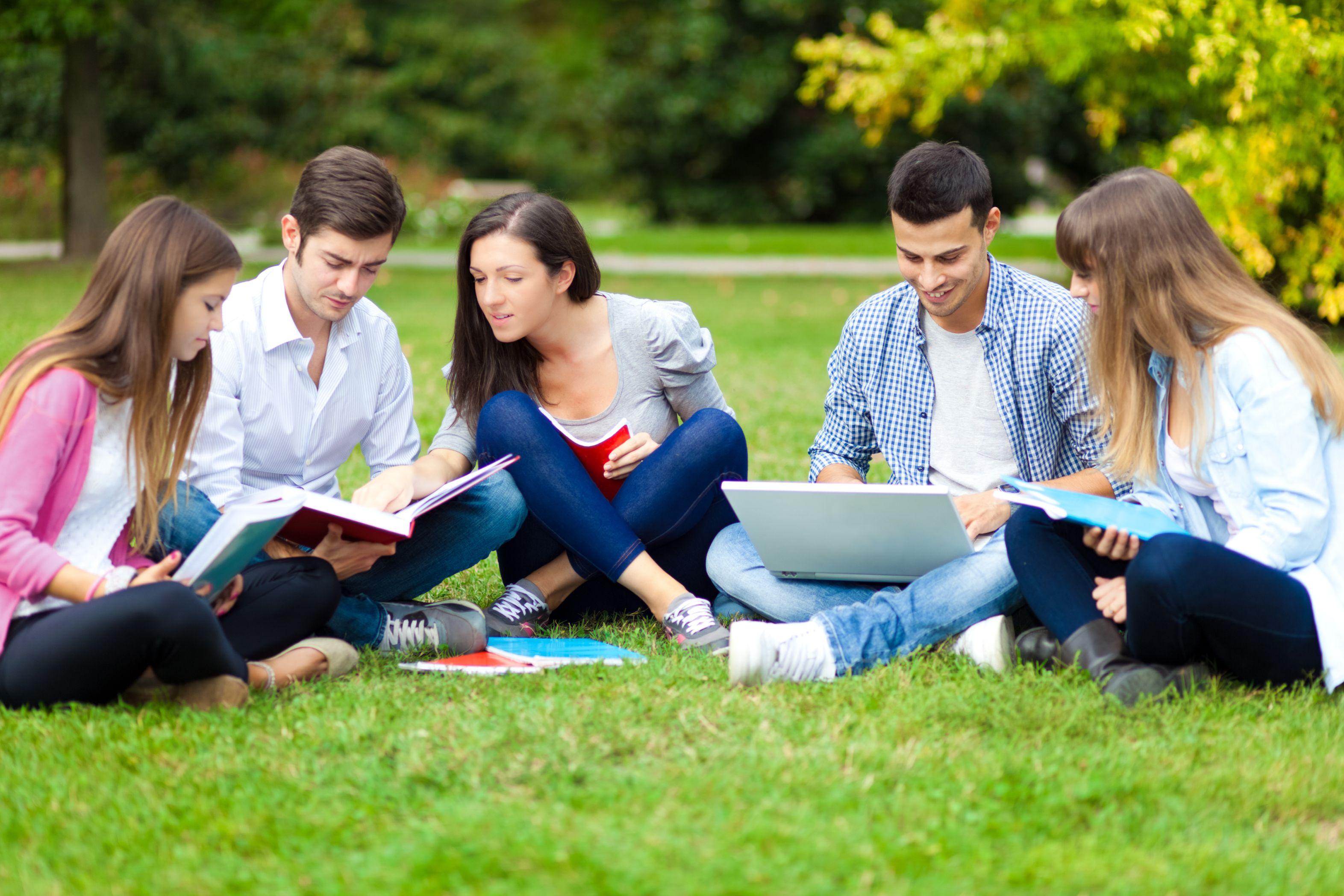 Po roku pracy ponad połowa studentów chciałaby zarabiać jednak pomiędzy 3 tys. a 4 tys. zł netto (Fot. Shutterstock)