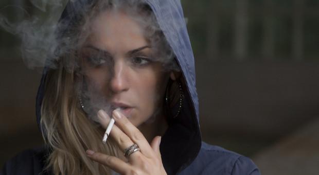 Straty dla wszystkich. W firmach wciąż dominuje moda na palenie