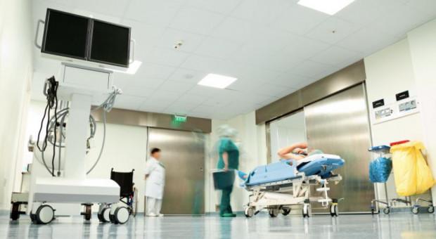Kto może leczyć chorych na COVID-19? Niektóre pomysły budzą wątpliwości