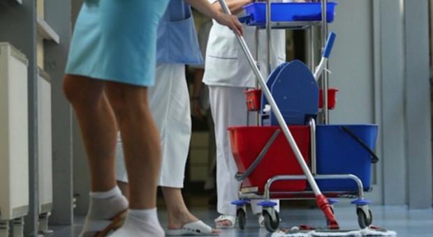 Zarobki sprzątaczek w szpitalu tymczasowym wyższe niż pielęgniarek?