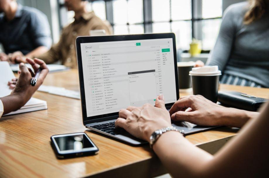 Dzięki aplikacji pracownicy mogą zarezerwować biurko, salkę konferencyjną czy miejsce parkingowe (fot. Pxhere)