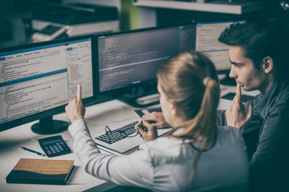 Kobiety w IT prowadzą zespoły, organizują warsztaty, występują na konferencjach (Fot. Shutterstock)