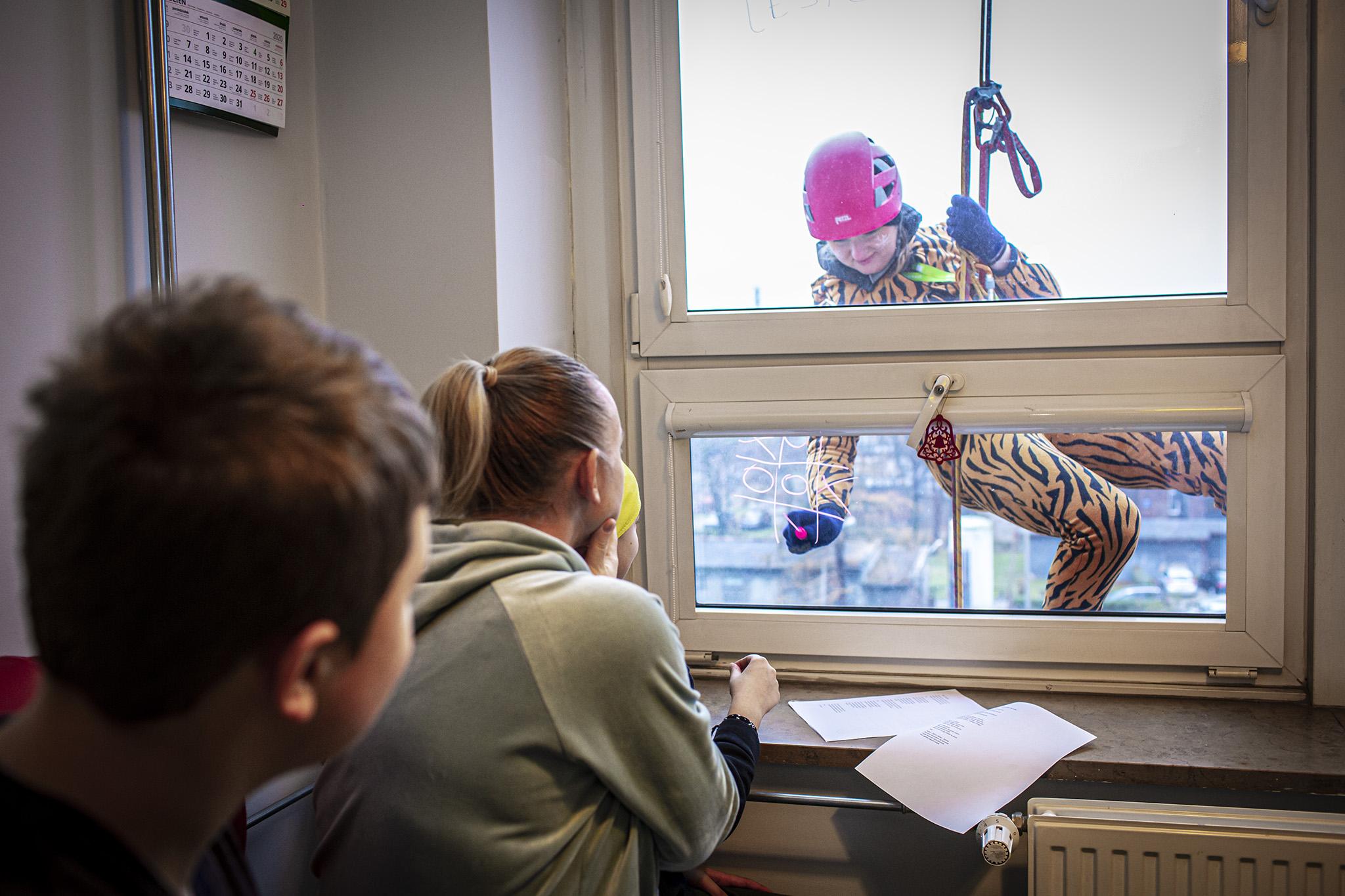 Wspinacze przez okna szpitalnego budynku bawili się z najmłodszymi pacjentami (Fot. mat. pras.)