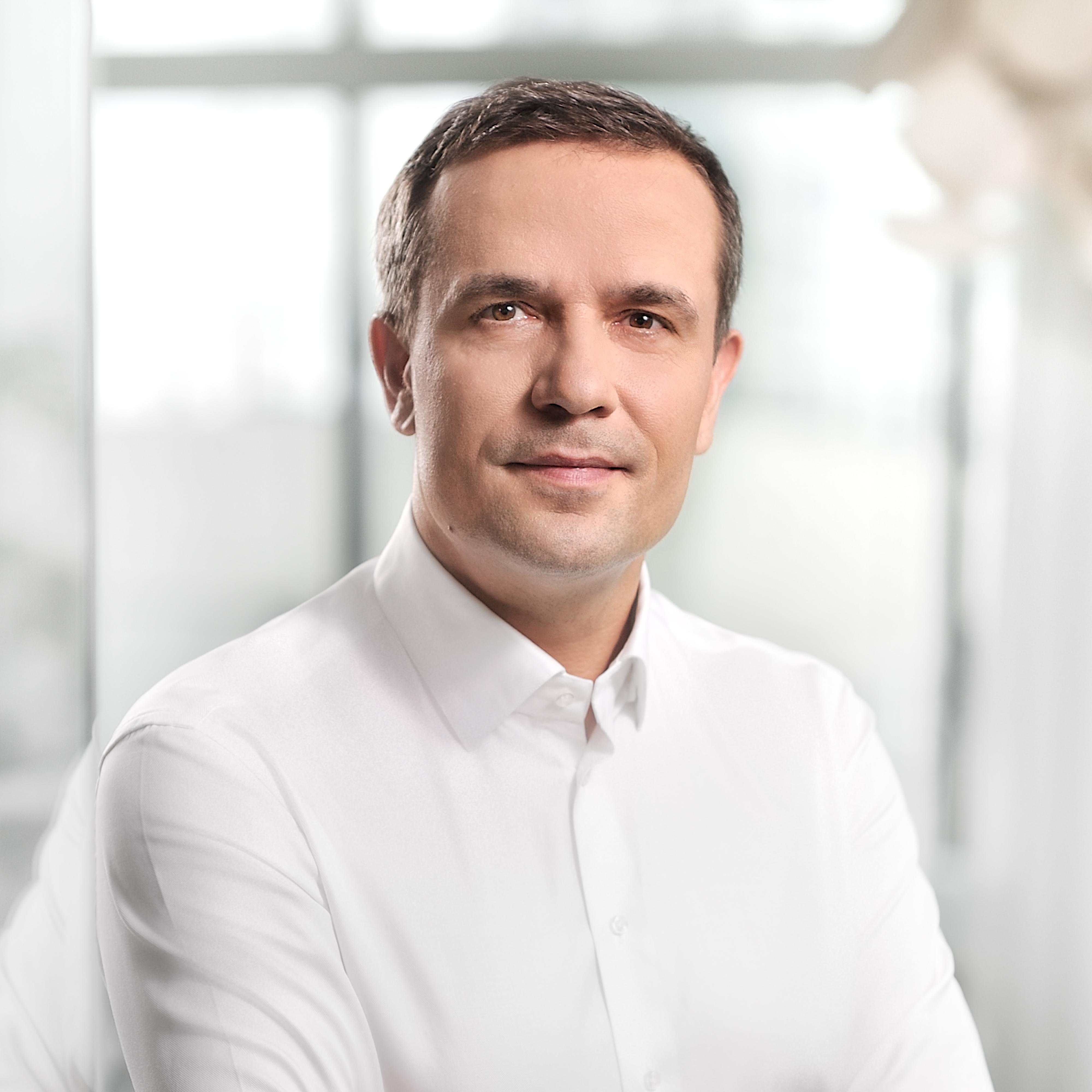Codzienna praca, interakcje z zespołem w biurze są potrzebne i planujemy powrót do pracy w biurach, kiedy tylko będzie to bezpieczne - mówi Damian Zapłata. Fot. mat. pras.