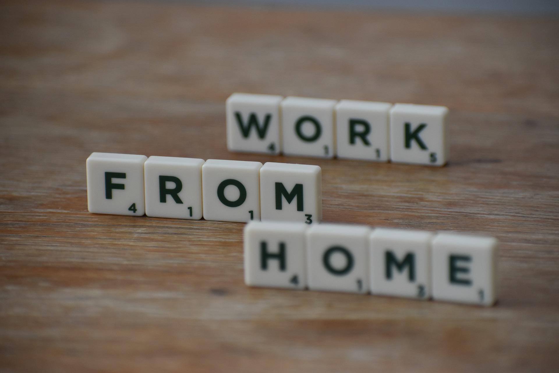 Bywa, że w pracy zdalnej niknie wyraźna granica między życiem zawodowym a prywatnym. Ludzie nie wypracowali rytuałów przejścia – nie kończą pracy o konkretnej godzinie i nie skupiają się na życiu osobistym. (Fot. Pixabay)