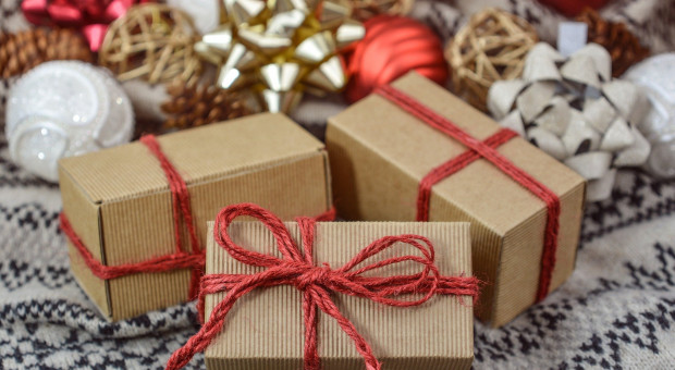 """Na święta wydajemy więcej, niż zarabiamy, czyli """"Klątwa Świętego Mikołaja"""" w praktyce"""