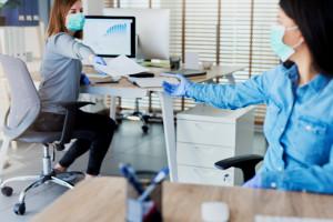 Polacy coraz mniej boją się utraty pracy przez wirusa