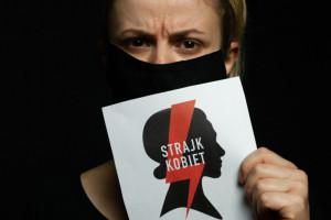 Protokolantka z maseczką ze znakiem Strajkiem Kobiet może wykonywać swoje obowiązki