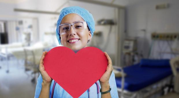 Opiekunowie medyczni z większymi uprawnieniami. Pracodawcy chwalą projekt rządu