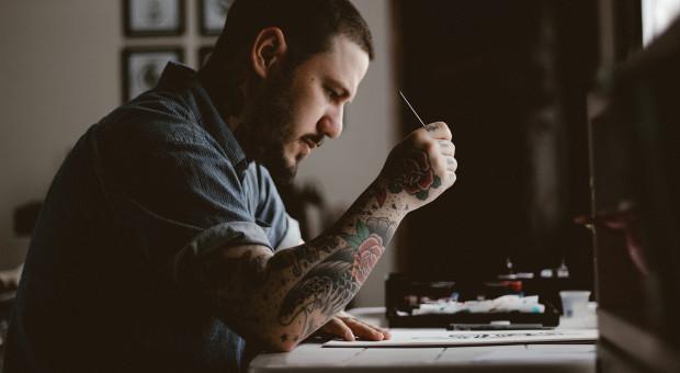 Tatuaż w pracy - czy są granice?