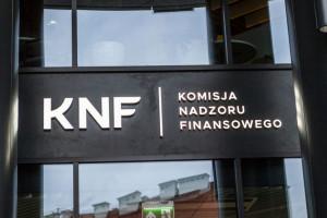 KNF uchyla drzwi do banku urzędnikom