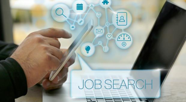 """Zakładka """"kariera"""" już nie wystarczy. Jak Polacy szukają pracy?"""