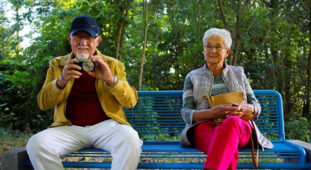 Dzień Babci i Dziadka. Dochody seniorów niezagrożone, martwi coś innego