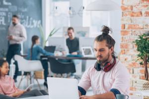 Nie wszyscy Polacy chcą pracować na etacie. Młodzi i osoby 55+ wolą inny wariant