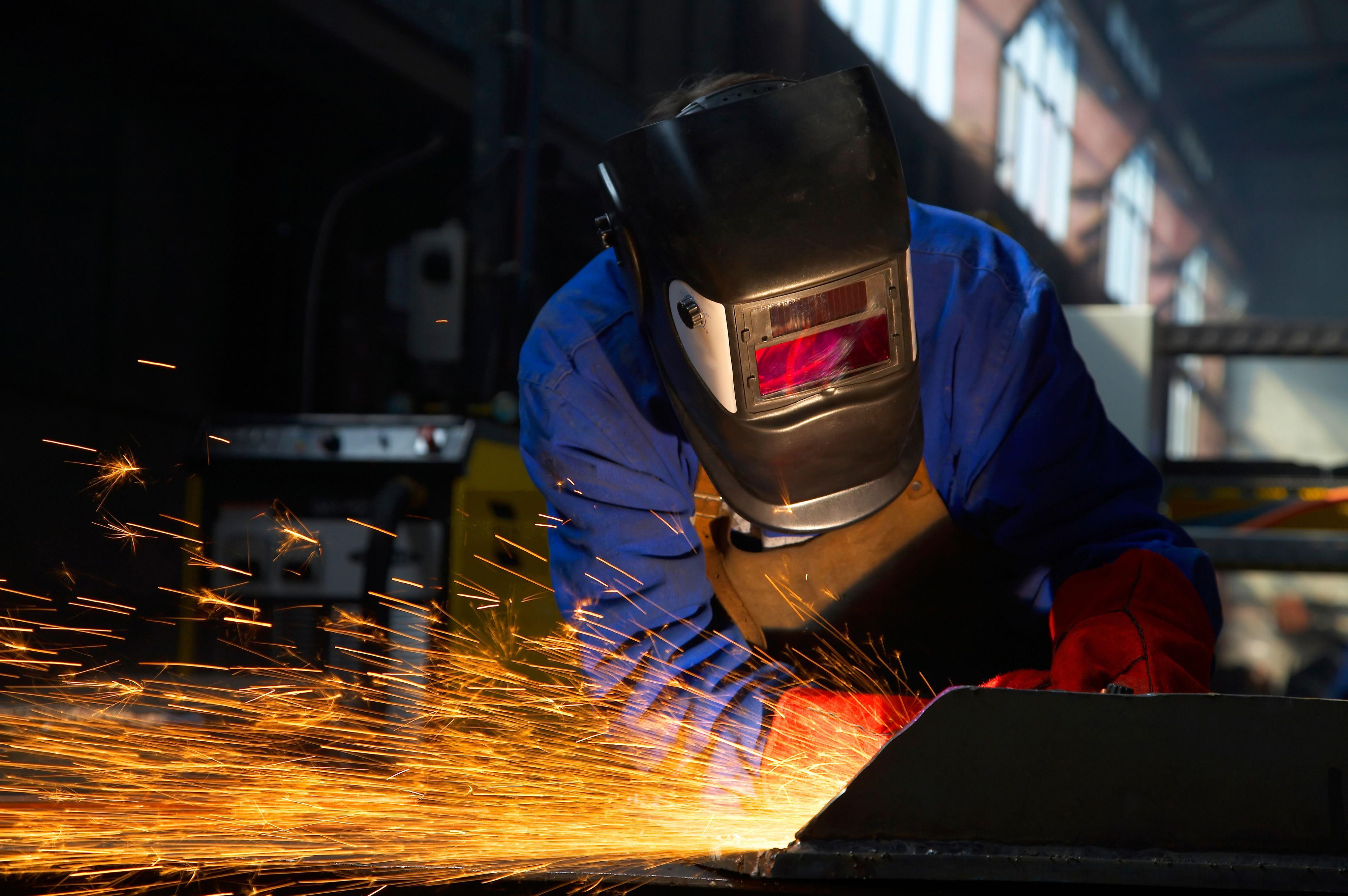Firmy poszukują m.in. spawaczy. (Fot. Shutterstock)