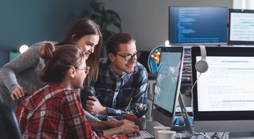 Praca i zarobki w IT w 2020 roku. Dane i bezpieczeństwo w cenie