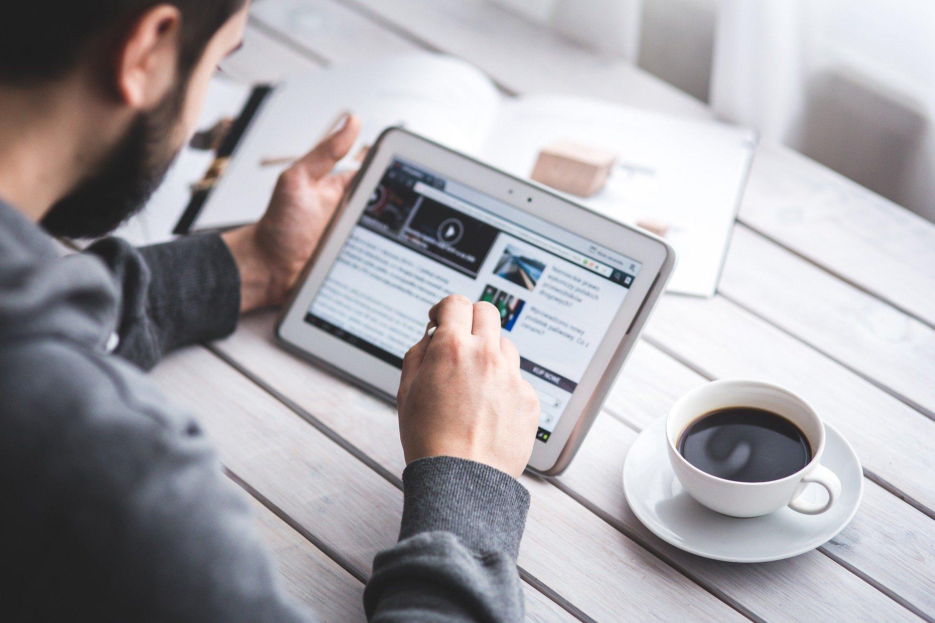 Poranna, zespołowa kawa na dobry początek dnia bądź lunch to w większości firm jeden z ważniejszych elementów budowania społeczności pracowników (Fot. Pixabay)