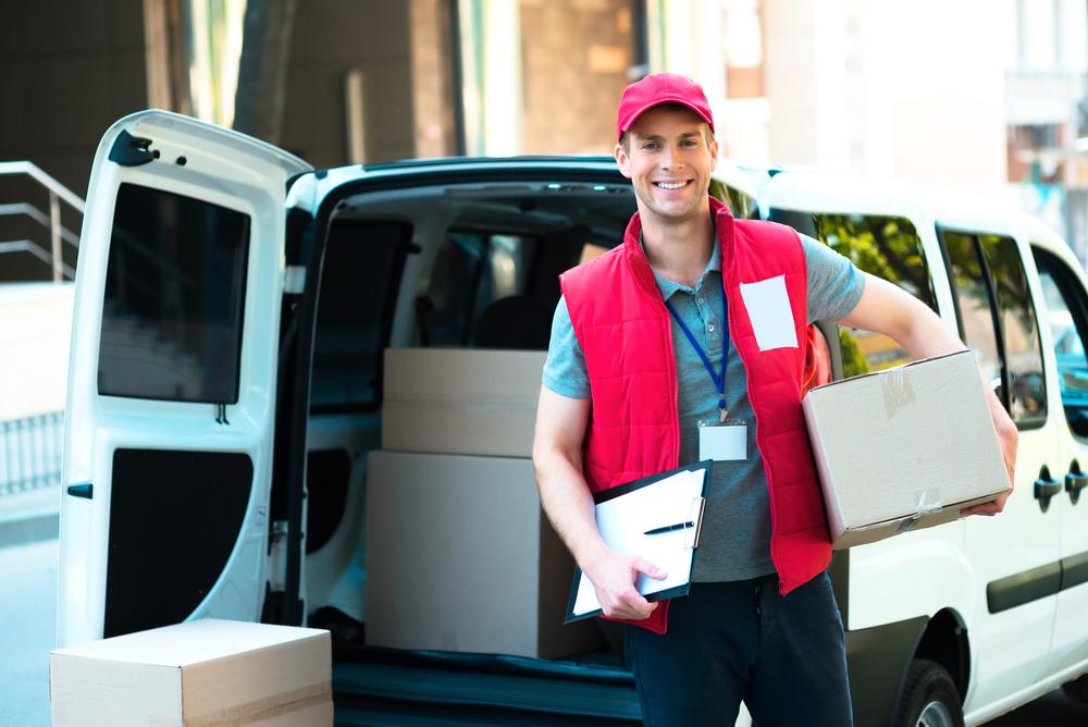 Od drugiego kwartału ubiegłego roku coraz więcej pracy mają kurierzy (Fot. Shutterstock)