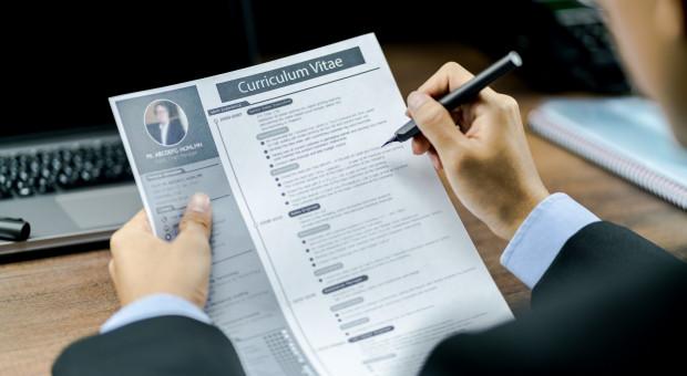 Krótki opis zamiast CV, chat w miejsce spotkania. Tak rekrutują małe firmy